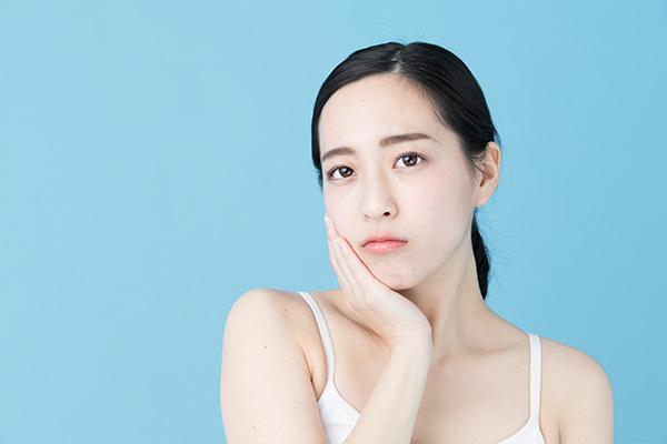 お肌のたるみの原因は加齢や紫外線